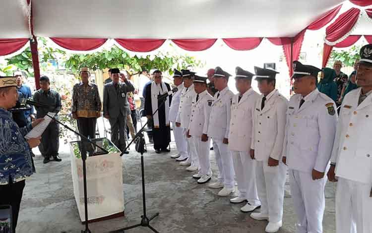 Suasana saat Bupati Kapuas lantik 9 kepala desa di halaman Dinas PMD Kapuas pada Kamis siang, 19 September 2019.