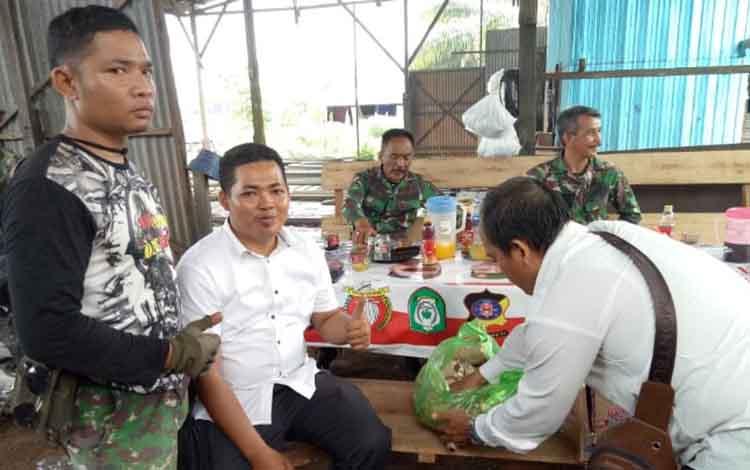 Anggota DPRD Kotawaringin Timur, Khozaini (baju putih) saat mengantar makanan untuk petugas Karhutla.