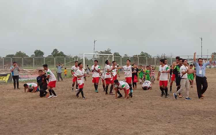 Pemain Maliku FC juara turnamen sepakbola Bupati Cup Pulang Pisau