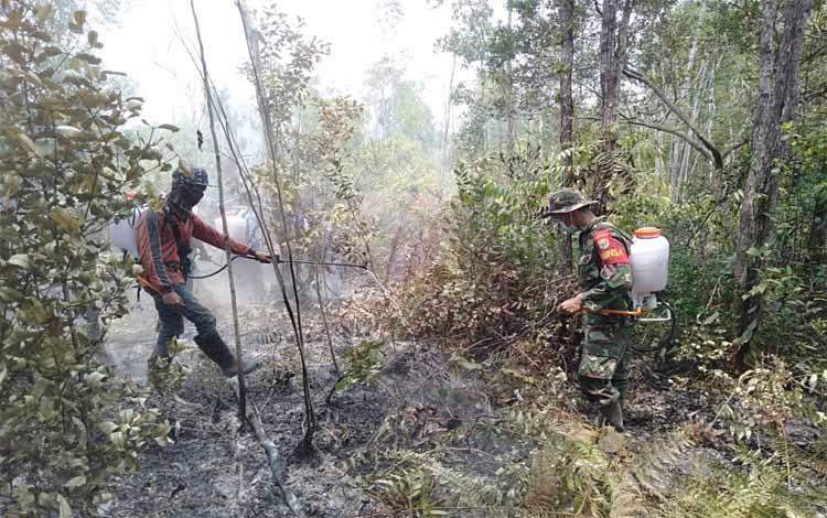 Tim Karhutla Barito Timur saat memadamkan kebakaran lahan. Sampai saat ini Tim Karhutla minim dukungan dari pihak perusahaan untuk melakukan kebakaran hutan dan lahan