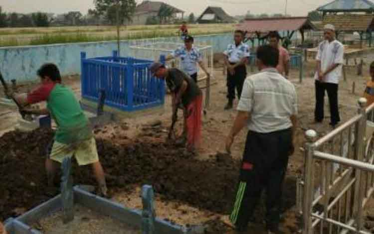 Proses pemakamanan Akhmad Syahrul Mualim, narapidana penghuni Lembaga Pemasyarakatan (Lapas) Kelas IIB Sampit yang bunuh diri, Kamis, 19 September 2019.