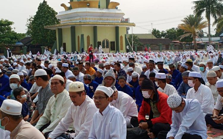 Ribuan umat muslim di Kota Kuala Kapuas, Kabupaten Kapuas, melaksanakan salat Istisqo,memohon hujan demi menghilangkan kabut asap akibat kebakaran hutan dan lahan atau karhutla, Kamis, 19 September 2019.