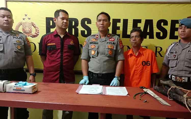 Wakapolres Murung Raya Kompol G. Herundo saat menyampaikan pernyataan akan menindak tegas pelaku pembakar lahan, Kamis, 19 September 2019.