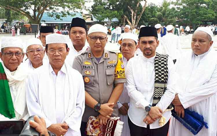 Anggota DPRD Kapuas Parij Ismeth Rinjani (dua dari kanan) mengapresiasi pelaksanaan Salat Istisqo di halaman Masjid Agung Al-Mukkaram Amanah Kuala Kapuas pada Kamis, 19 September 2019