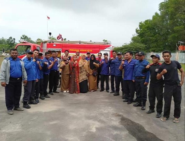 Ketua Ikatan Pengusaha Muslimah Indonesia atau IPEMI Kabupaten Sukamara Siti Zulaiha Windu Subagio berharap, masyarakat memberikan dukungan kepada petugas Pemadam Kebakaran (Damkar).