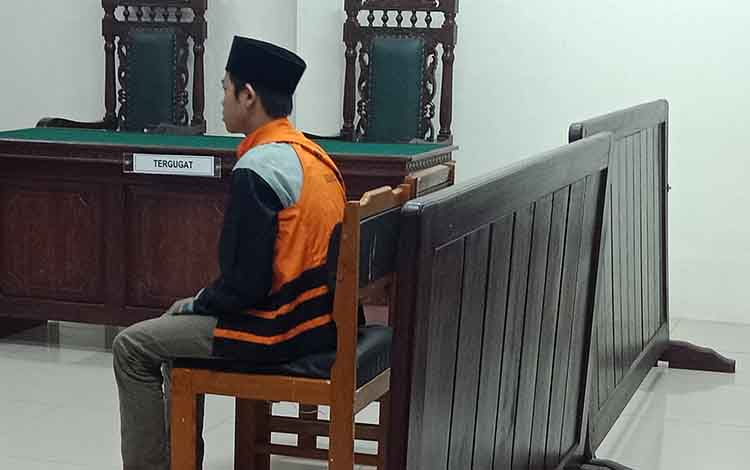 Jep alias Ej terdakwa kasus asusila saat di Pengadilan Negeri Sampit Kamis 19 September 2019