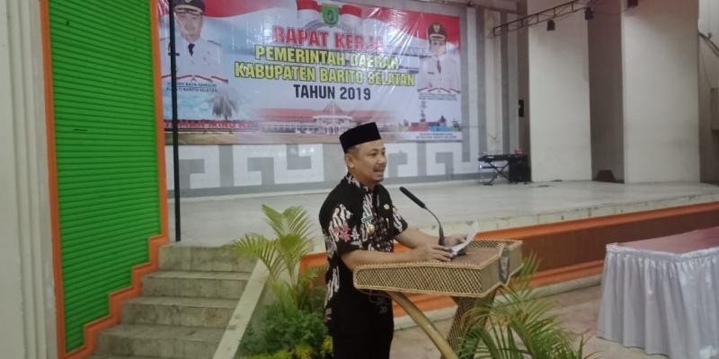 Bupati Barsel, Eddy Raya Samsuri memberikan arahan saat membuka Rakerda penyelenggara pemerintahan di Gedung Jaro Pirarahan, Kamis malam 19 September 2019