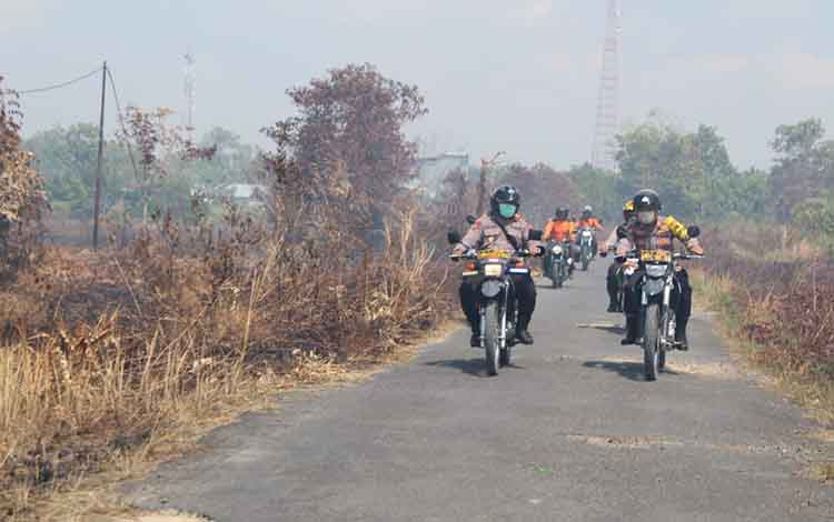 Polres Sukamara membentuk tim posko kebakaran hutan dan lahan di dua kecamatan. Yakni Kecamatan Pantai Lunci dan Kecamatan Jelai. Tampak personel polres melakukan patroli karhutla.