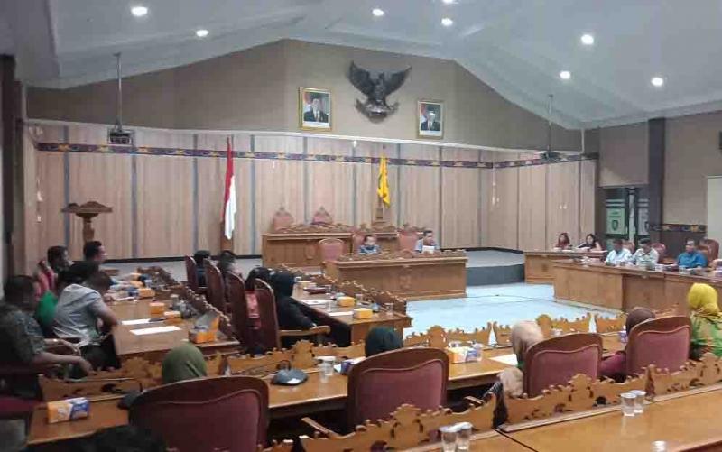 RDP DPRD Kotim dengan HMI yang melakukan aksi soal kebakaran hutan dan lahan. Dalam RDP itu, DPRD Kotawaringin Timur mengeluarkan 4 rekomendasi untuk pemkab.