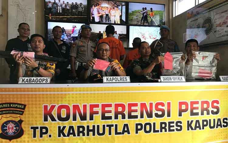 Suasana saatperd  rilis, Jumat, 20 September 2019. Jajaran Polres Kapuas mengamankan dua orang terduga pelaku pembakaran lahan dari dua tempat berbeda.