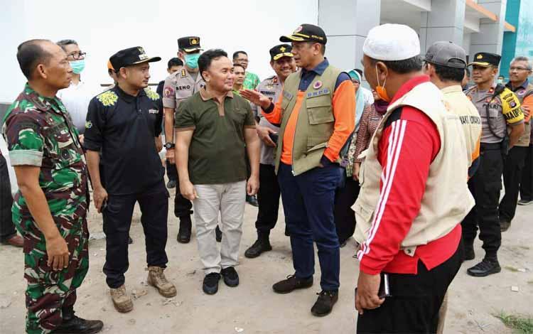 Gubernur Kalteng Sugianto Sabran bersama Kepala BNPB Letnan Jenderal TNI Doni Monardo dan pejabat lainnya meninjau RSUD Doris Sylvanus Palangka Raya, Jumat 20 September 2019