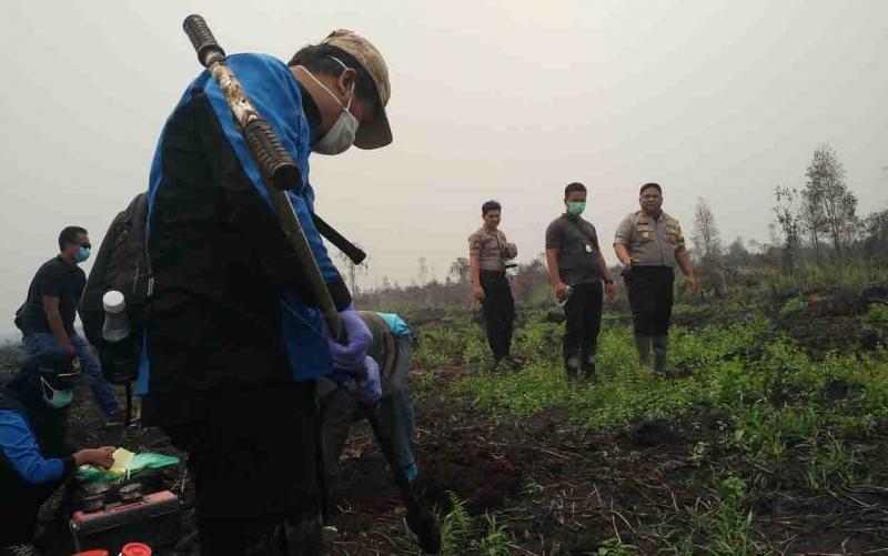 Kapolres Kotim AKBP Mohammad Rommel saat memantau pengambilan sampel tanah di lokasi kebakaran lahan. Saat ini polisi juga akan menyelidiki lokasi baru kebakaran lahan di perkebunan sawit itu Jumat, 20 September 2019.