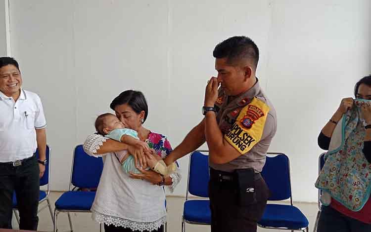 Suasana haru saat Kapolsek Murung menyerahkan bayi malang ke Dinas Sosial Murung Raya, Jumat, 20 September 2019