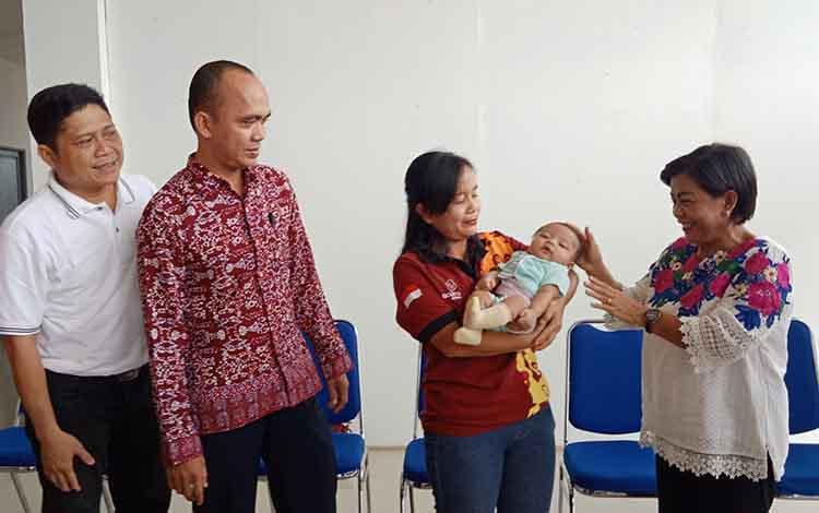 Penyerahan bayi yang dibuang kepada calon orangtua angkat, Jumat, 20 September 2019.