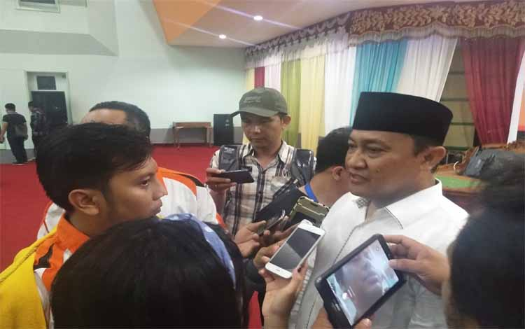Bupati Pulang Pisau Edy Pratowo saat diwawancarai wartawan, Jumat 20 September 2019. Bupati meminta masyarakat saring setiap informasi yang didapat