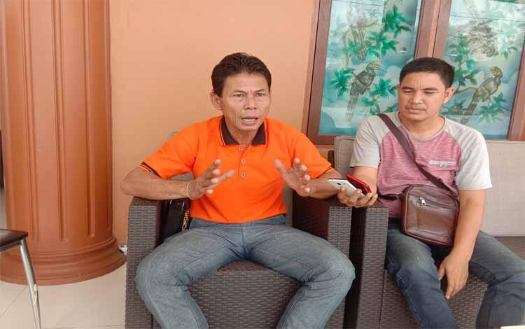 Kapala Desa Lawang Uru, Hermanus saat diwawancarai wartawan, Jumat 20 September 2019 di kediamannya. Dia mendukung adanya penyebaran pantang pali yang dilakukan panitia ritual pakanan sahur