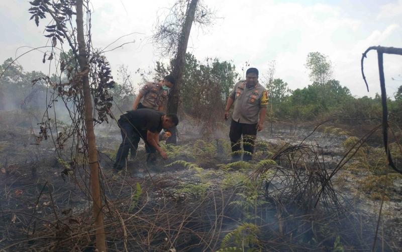 Kapolres Kotim terjun langsung dalam penanganan kebakaran hutan dan lahan. Tokoh agama memberikan penilaian terhadap kinerja Polres Kotim.