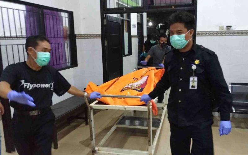 Mayat tanpa identitas berjenis kelamin perempuan saat dievakuasi. Ada ciri-ciri mayat yang ditemukan membusuk tersebut berdasarkan hasil visum.