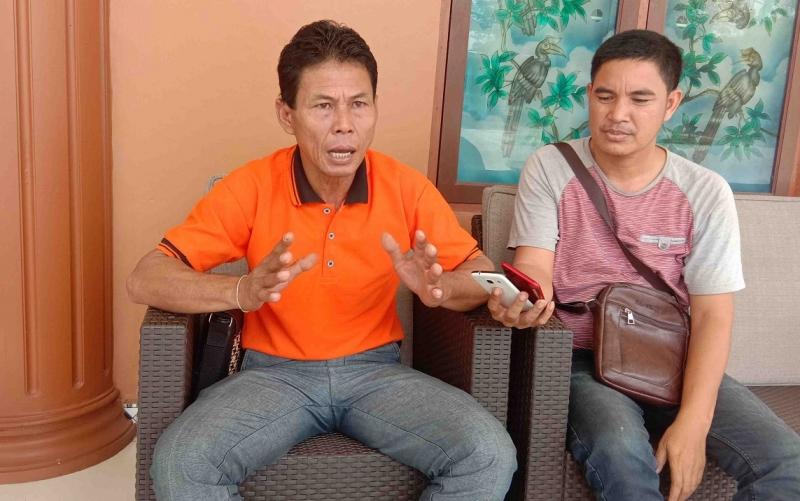 Kepala Desa Lawang Uru (kaos orange), Hermanus, menyatakan dukungan terhadap permintaan sebagian warga untuk memiliki Balai Kaharingan.