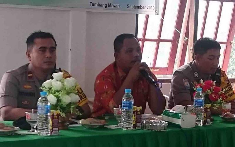 Kepala Desa Tumbang Miwan, Setiawan Krisbiantoro (tengah) mengatakan, sebanyak 14 orang bakal calon anggota BPD Tumbang Miwan, Kecamatan Kurun, Kabupaten Gunung Mas mengembalikan berkas pendaftaran.