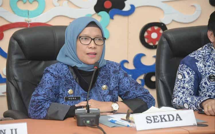 Ketua Panitia Seleksi, Hera Nugrahayu memberikan data nama nama yang dinyatakan lolos seleksi pejabat tinggi pratama Kota Palangka Raya, Minggu, 22 September 2019