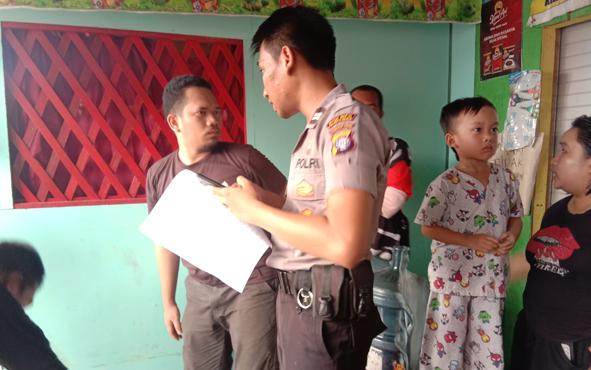 Keluarga Abdul Gani sedang sedih. Mata mereka menatap kobaran api yang melahap habis lima unit bangunan, termasuk rumah mereka di Jalan Anoi, Kota Palangka Raya, Minggu 22 September 2019 sore.