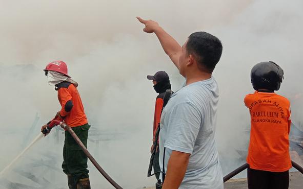 Penyebab terbakarnya 3 kamar barak milik Haji Efendi dan rumah milik Abdul Gani serta Made, di Jalan Anoi, Kota Palangka Raya, diduga akibat korsleting listrik. Hal ini disampaikan Kapolres Palangka Raya AKBP Timbul RK Siregar, Minggu 22 September 2019.