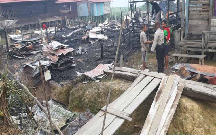 Dua rumah kayu semi permanen dan satu buah gedung walet di Desa Hapalam, Kabupaten Katingan terbakar