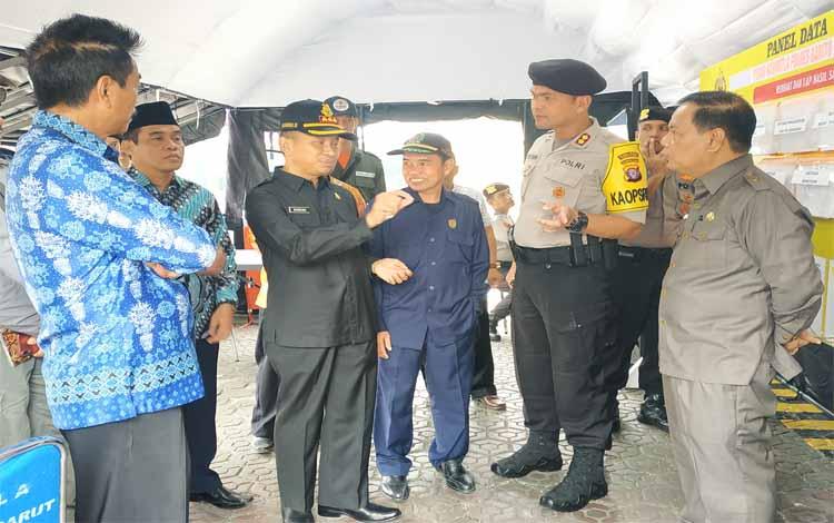 Wakil Bupati Barito Utara, Sugianto Panala Putra berbincang dengan para pejabat saat meninjau Posko Karhuta Polres Barito Utara. Sugianto mengaku optimistis kabut asap akibat karhutla bisa dikurangi
