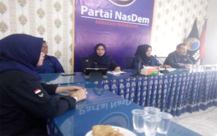 Ketua DPW Nasdem Kalteng, Faridawaty Darland Atjeh memimpin rapat. Mulai besok Nasdem sudah melayani pengambilan berkas bagi bakal calon gubernur dan wakil gubernur Kalimantan Tengah