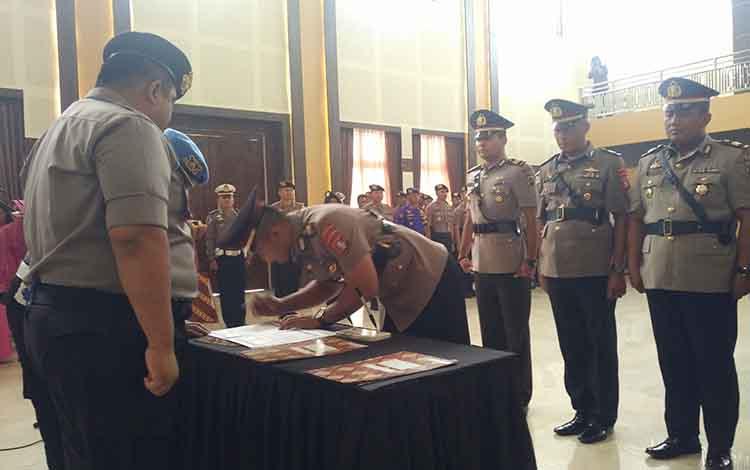 Kapolres Kotim AKBP Mohammad Rommel memimpin prosesi serah terima jabatan tiga perwira yang mengalami pergeseran posisi, Senin, 23 September 2019.