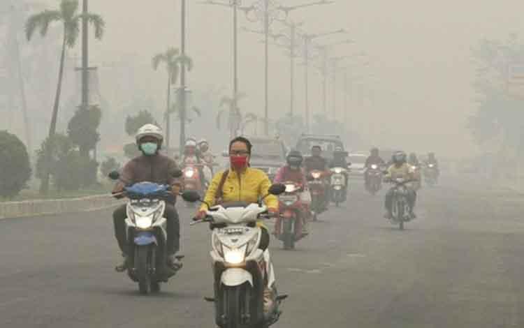 Kabut asap, jarak padang di Kota Palangka Raya sempat hanya menyentuh 400 meter pada hari ini, Senin, 23 September 2019 akibat kabut asap.
