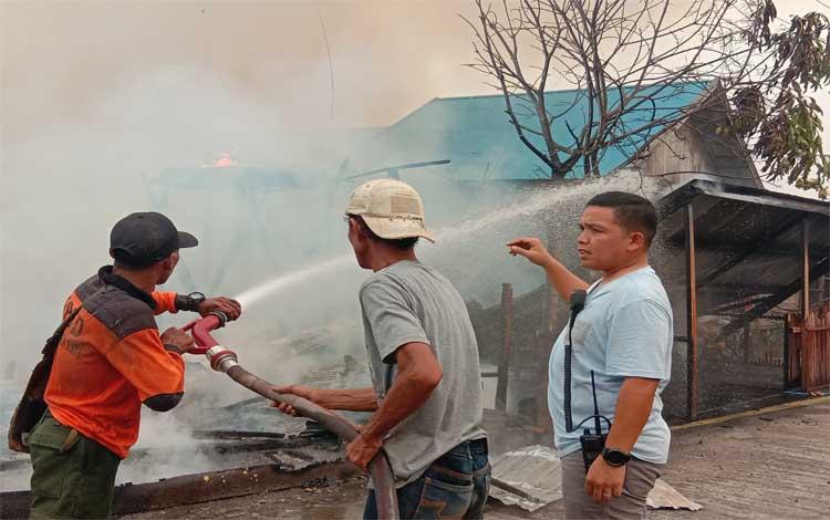 Kapolres Palangka Raya AKBP Timbul RK Siregar saat memantau pemadaman kebakaran rumah. Kapolres mengharapkan warga bisa menggunakan instalasi listrik sesuai standar PLN untuk menghindari terjadinya korsleting