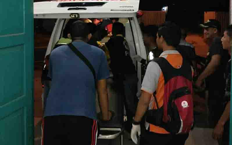 Jasad korban tenggelam di Sungai Mentaya dievakuasi ke kamar mayat RSUD dr Murjani Sampit untuk divisum, Senin, 23 September 2019.