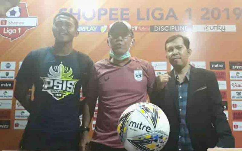 Pelatih PSIS Semarang, Bambang Nurdiansyah (tengah) menyebut kabut asap menjadi kendala dalam laga besok melawan tuan rumah, Kalteng Putra.