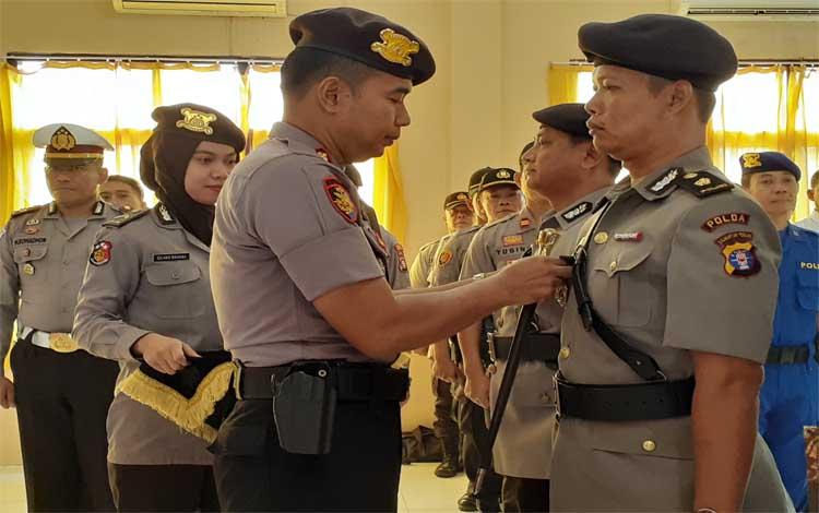 Kapolres Sukamara AKBP Sulistiyono menyematkan tanda jabatan kepada Wakapolres yang baru Kompol Achmad Mustofa Nur. Proses serah terima jabatan dilakukan, Senin 23 September 2019