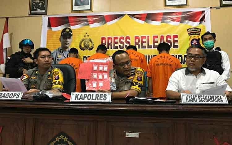 Kapolres Kapuas AKBP Tejo Yuantoro mengatakan barang bukti sabu dari kurir dan pengedar yang ditangkap di Jalan Lintas Palangka Raya - Buntok senilai puluhan juta