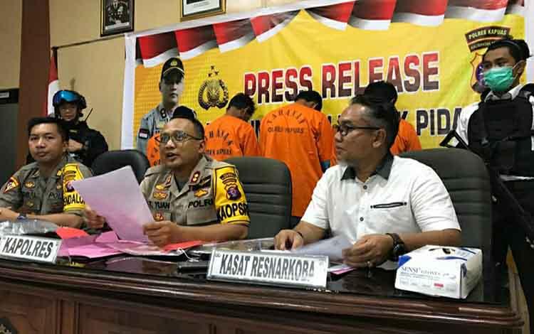Kapolres Kapuas AKBP Tejo Yuantoro saat rilis mengatakan ancaman hukuman yang diberikan kepada 4 pelaku diduga pengedar dan kurir sabu yang diamankan di Jalan Lintas Palangka Raya - Buntok