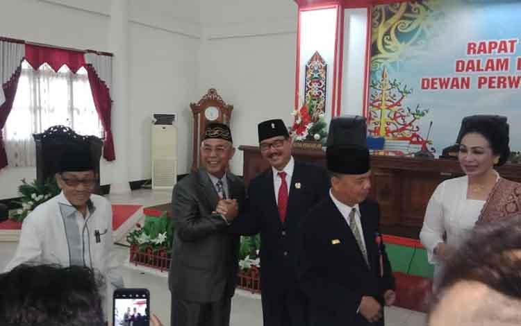 ketua DPRD Barsel, berjas hitam berjabatan tangan dengan salah seorang kepala dinas