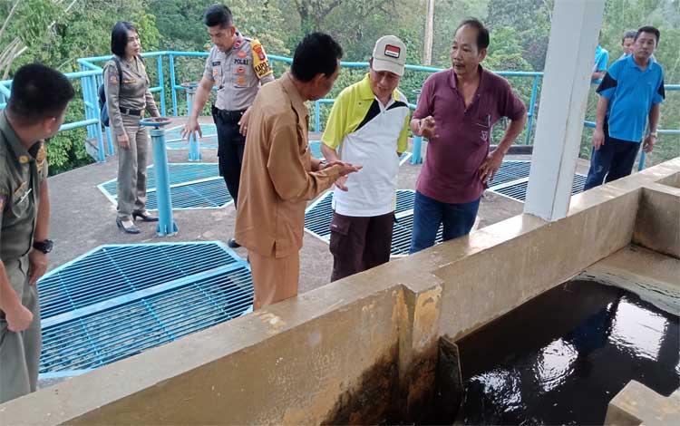 Wakil Bupati Murung Raya Rejikinoor saat memantau instalasi pengolah air PDAM Puruk Cahu, Selasa 24 September 2019