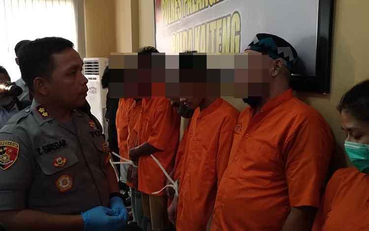 Kapolres Palangka Raya AKBP Timbul RK Siregar saat menginterogasi tersangka sabu. Pengakuan tersangka, sabu dibeli di Banjarmasin karena stok di Puntun habis.