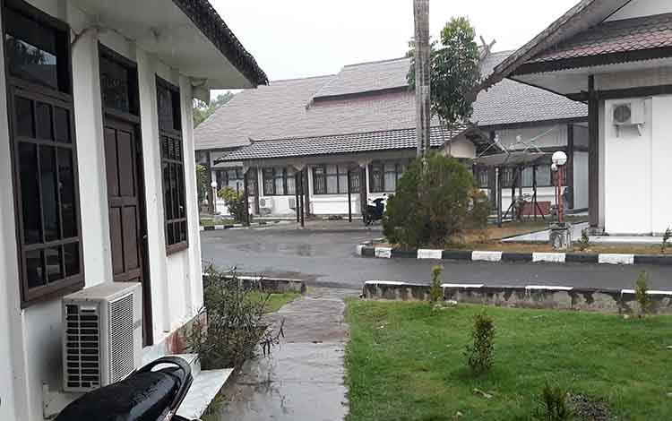 Hujan dengan intensitas sedang mengguyur area kantor DPRD Kapuas Jalan Tambun Bungai Kuala Kapuas pada Selasa sore, 24 September 2019