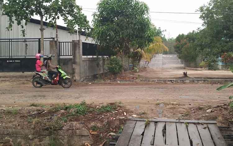 Pengendara motor yang melintas di tengah hujan ringan yang mengguyur wilayah Jalan Kembali. Dari prediksi BMKG, potensi hujan di Kotim masih kecil terjadi, Selasa, 24 September 2019.
