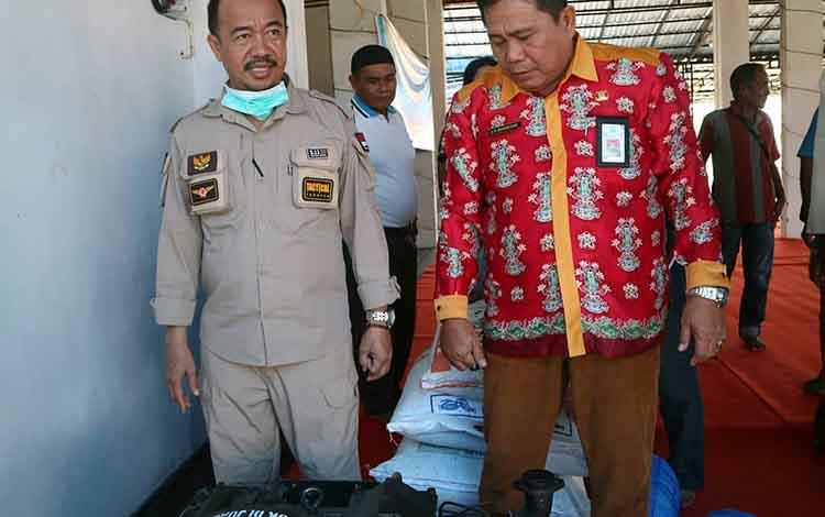 Bupati Seruyan, Yulhaidir ketika mengecek hibah alat tangkap ikan kepada nelayan di Kuala Pembuang. Dia mengingatkan agar nelayan memanfaatkan bantuan secara maksimal.