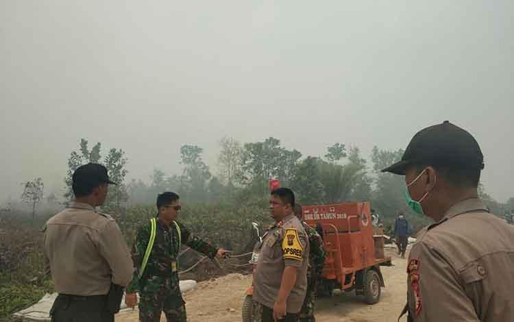 Kapolres Kotim AKBP Mohammad Rommel saat memantau 3 titik kebakaran lahan di Sampit, Selasa, 24 September 2019.