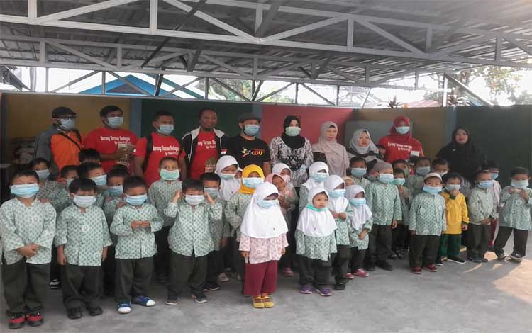 Para murid di Katingan kembali diliburkan karena kabut asap. Para anak TK Aisiyah saat mendapat bantuan masker dari Karang Taruna