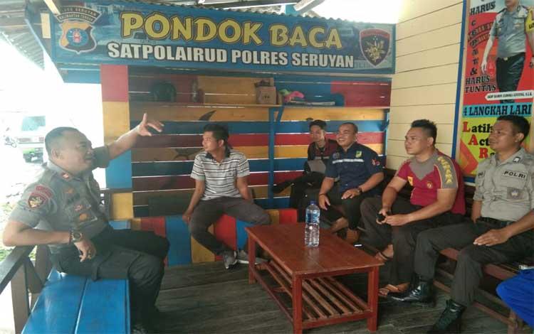 Kasat Polair Polres Seruyan Afif Hasan (kiri) bersama anggota saat berbincang dengan wartawan, Selasa 24 September 2019. Saat ini kecapatan angin di laut Seruyan mencapai 140 knot