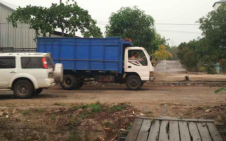 Hujan ringan yang terjadi di Jalan kembali Kecamatan Mentawa Baru Ketapang. BMKG memprediksi hujan ringan akan terjadi dalam 2 hari kedepan di sejumlah kecamatan yang ada di Kotim, Selasa, 24 September 2019.