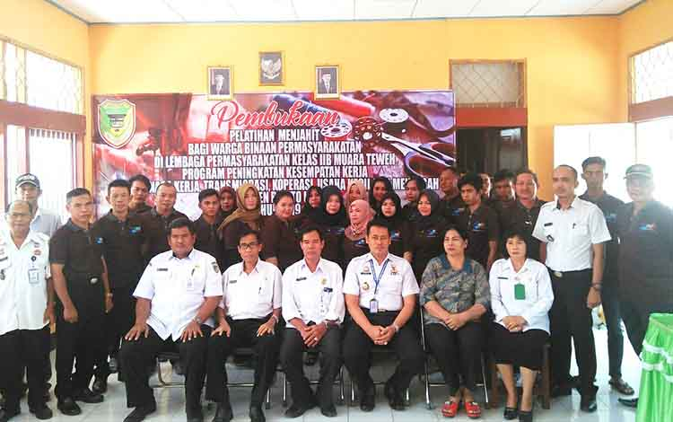 Sebanyak 20 orang warga binaan Lapas Kelas II B Muara Teweh berfoto bersama usai pembukaan pelatihan menjahit, di aula Lapas setempat, Rabu 25 September 2019