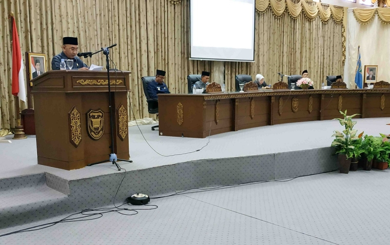 Juru bicara fraksi PPP, Abri saat menyampaikan pemandangan akhir fraksi terhadap Raperda APBD Perubahan. Selain fraksi PPP, fraksi ARKS juga memberikan sejumlah catatan untuk pemkab.